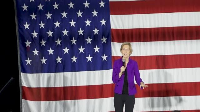 stockvideo's en b-roll-footage met democratic senator and 2020 presidential candidate elizabeth warren speaks in long island city in the borough of queens new york city usa senator... - presidentskandidaat
