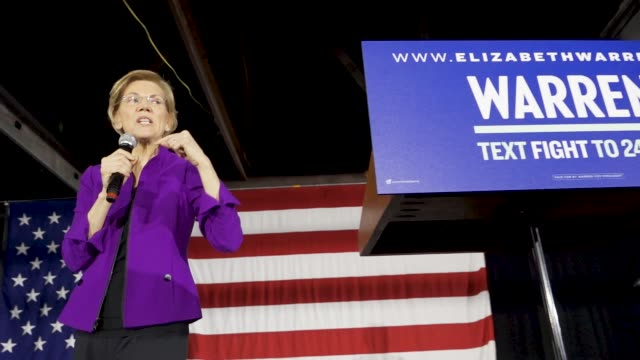 vídeos y material grabado en eventos de stock de democratic senator and 2020 presidential candidate elizabeth warren speaks in long island city in the borough of queens, new york city, usa. senator... - democracia