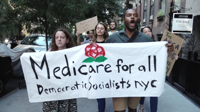 vídeos y material grabado en eventos de stock de democratic socialists of america organized a rally titled 'emergency rally against trumpcare'. the protestors gathered outside the nyc gop followed... - democracia