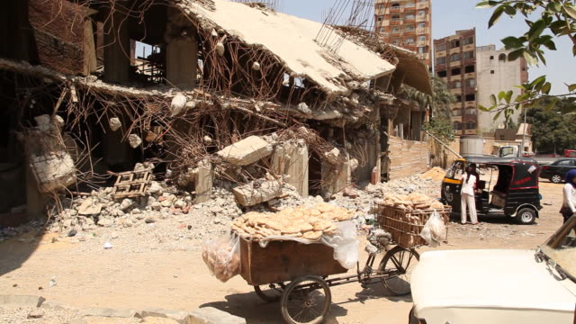 vídeos de stock, filmes e b-roll de demolished building cairo is the capital city of egypt it is home to 95 million people who predominantly follow islam - egito