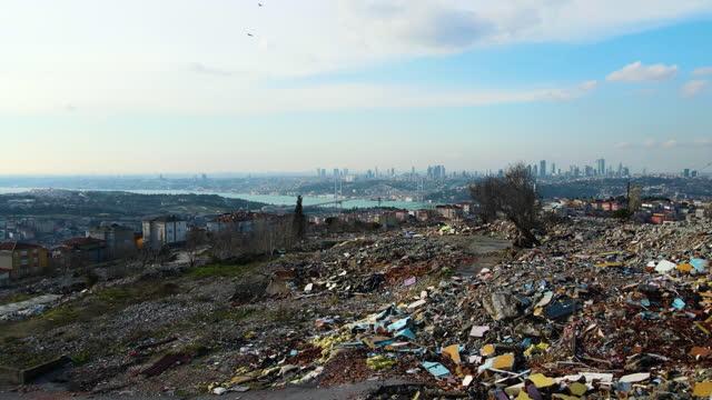 vídeos de stock, filmes e b-roll de casas demolidas para transformação urbana, bairro destruído, vila arruinada, casas arruinadas com vista, transformação urbana, casas de vista aérea destruídas - poluição do plástico