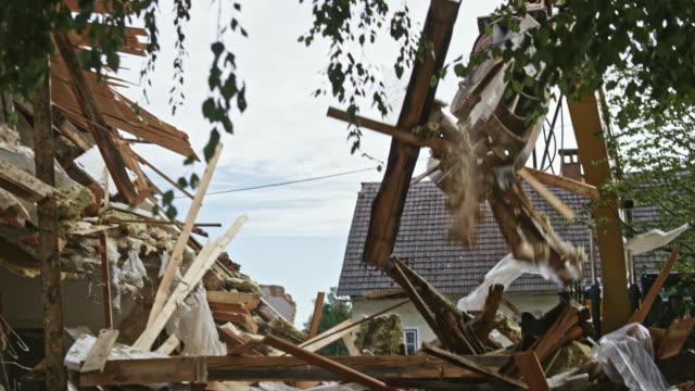 vídeos de stock e filmes b-roll de demolition excavator sorting rubble at the demolition site - escombros material
