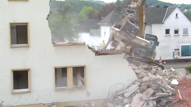 vidéos et rushes de ms demolition of apartment block / saarburg, rhineland-palatinate, germany - destruction