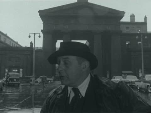 demolition of euston arch; england: london: euston: ext reporter to camera sof john betjeman interview sof shots dubbed over sof: gv euston arch and... - ジョン ベッチマン点の映像素材/bロール