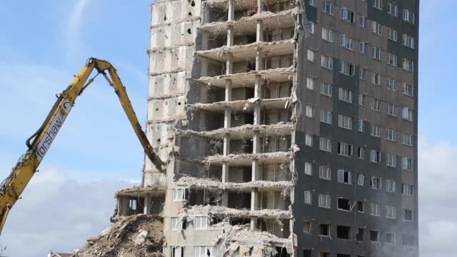 vidéos et rushes de demolition of residential tower block. detail - destruction