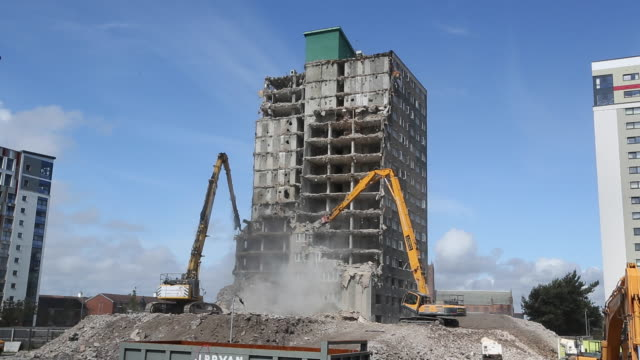 demolition of residential tower block. - 建設機械点の映像素材/bロール