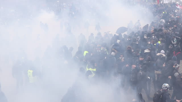 vidéos et rushes de demonstrating with tear gas. place of italy during a protest to mark the first anniversary of the 'yellow vests' movement on november 16, 2109 in... - crimes et délits