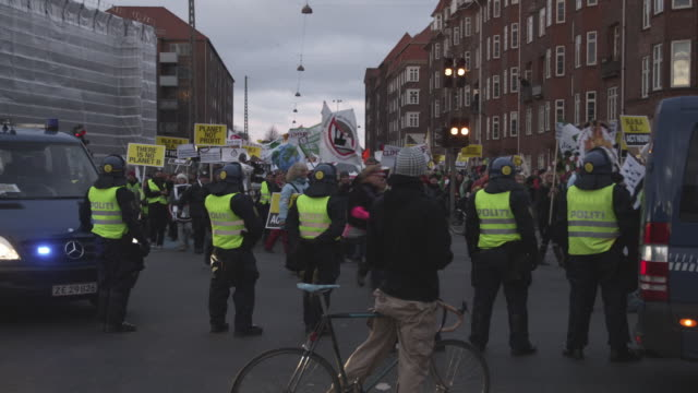 ms demonstration at climate summit / copenhagen, denmark - demonstrant stock-videos und b-roll-filmmaterial