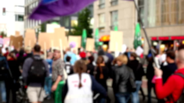 demonstration-verschwommene - streikposten stock-videos und b-roll-filmmaterial