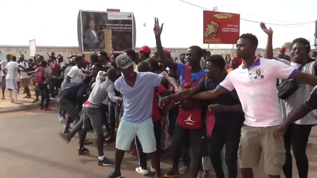 a demonstration by students in bissau to protest against a possible resumption of their teachers strike next monday turns into scenes of shoplifting... - snattare bildbanksvideor och videomaterial från bakom kulisserna