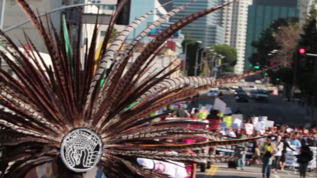 vidéos et rushes de demonstration for national day of protest to stop police brutality, repression, and the criminalization of a generation in downtown l.a. aztec... - coiffe traditionnelle