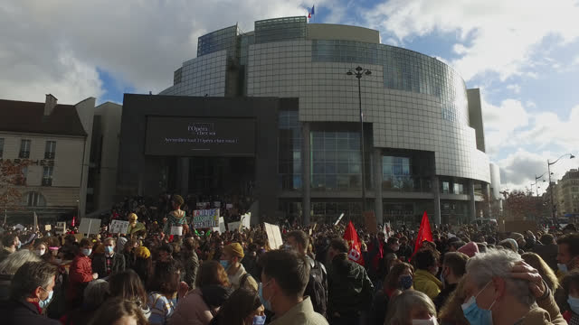 vidéos et rushes de demonstration in front of the opera bastille to protest against the measures to cease their activities by the government during the coronavirus... - french culture