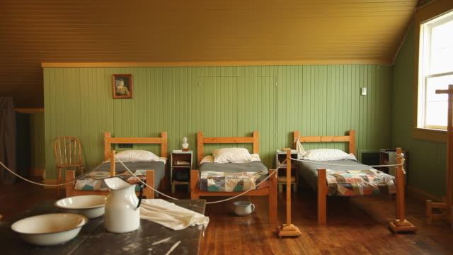 a demonstration of a dormitory in a old school - sovrum bildbanksvideor och videomaterial från bakom kulisserna