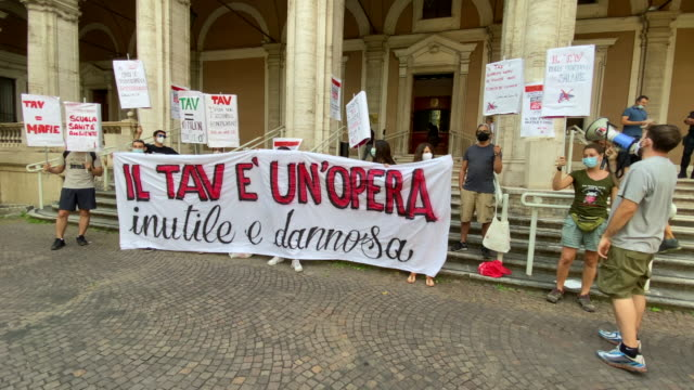 demonstration of activists of the network no tav and fridays for future at the entrance of the ministry of transport in rome, with signs and a banner... - politik und regierung stock-videos und b-roll-filmmaterial