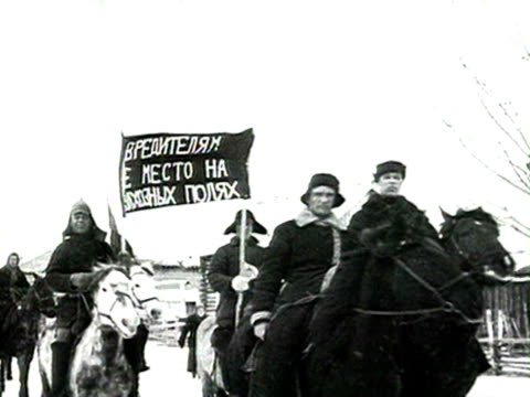 demonstration of militants on horseback, militants holding banners audio/ russia - anno 1928 video stock e b–roll