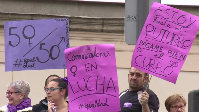 demonstration of spanish journalists at women's march in madrid - streik stock-videos und b-roll-filmmaterial