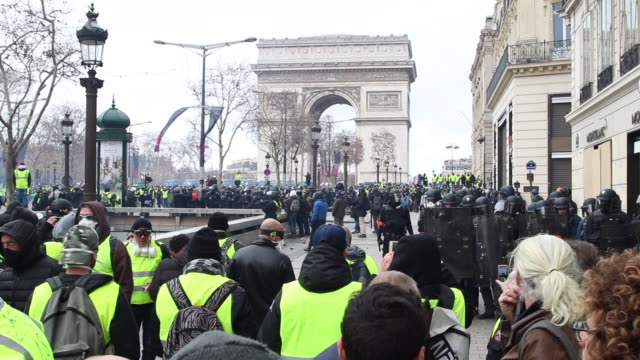 demonstration of yellow vests in front of the triumphal arch and the police - reflective clothing stock videos & royalty-free footage