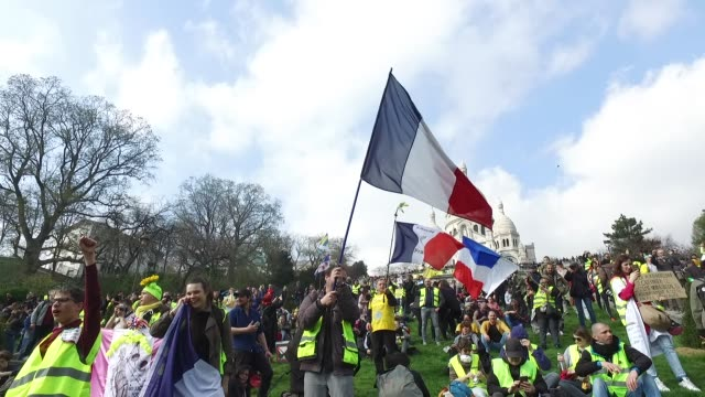 demonstration of yellow vests, on the hill of montmartre, paris 18 district, the basilica of sacré-cœur - サクレクール大聖堂点の映像素材/bロール