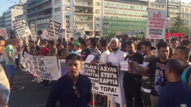 vídeos y material grabado en eventos de stock de demonstration organized by united movement against racism and the fascist threat is staged to demand rights and housing for asylum seekers in greece,... - athens greece