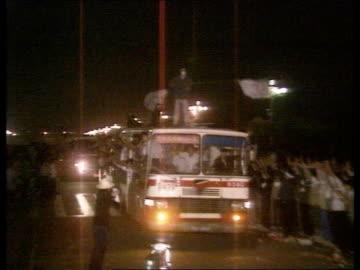 "vidéos et rushes de demonstrations continue; night china tgv mass crowd of students demonstrating beijing r-l tienanmen tgv students making ""victory"" sign... - place tien an men"