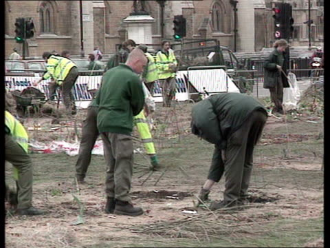 london anticapitalist protests aftermath england london westminster ext workman cleaning graffiti off the statue of sir winston churchill after... - sockel stock-videos und b-roll-filmmaterial