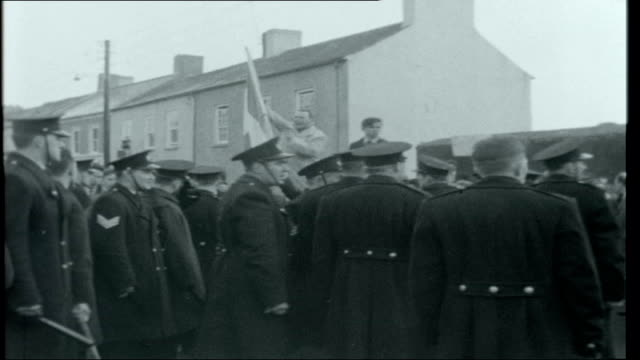 vidéos et rushes de county laois ext demonstrations by supporters of ira as men go into courthouse/ man speaking to crowd / scuffles between demonstrators and police /... - irlande