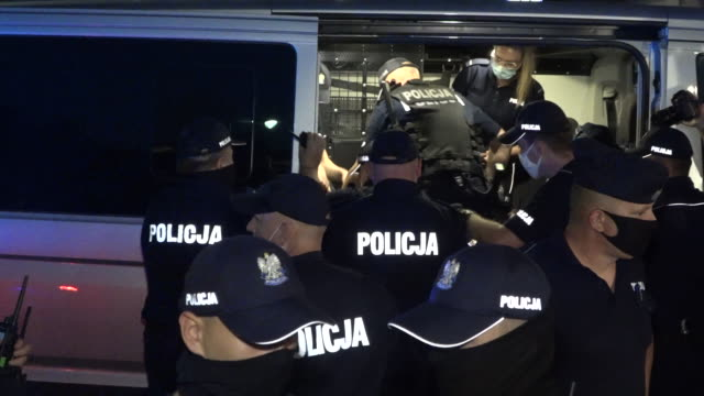 vídeos de stock e filmes b-roll de demonstrator is apprehended by police after a demonstration in warsaw, poland on august 7, 2020. several hundred lgbt people and supporters tried to... - polónia