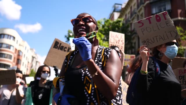 vídeos y material grabado en eventos de stock de a demonstrator speaks up about racism during a black lives matter protest following the death of george floyd outside the united states embassy on... - racismo