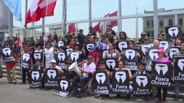 demonstrators against pedro chavarry alleged to have ties to the criminal organization los cuellos blancos protest outside of the public ministry as... - generalstaatsanwalt stock-videos und b-roll-filmmaterial
