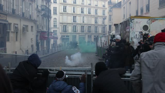 """vidéos et rushes de demonstrators barricade themselves and provoke police officers at the end of the street during the protest against the """"global security"""" draft law,... - confrontation"""