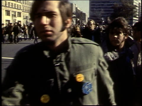 demonstrators carrying a large wooden cross / united states - 1969年点の映像素材/bロール