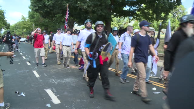 "vídeos de stock e filmes b-roll de wtvr demonstrators clashed on the streets of charlottesville ahead of the ""unite the right"" rally on aug 12 2017 as white nationalists and other... - comício político"