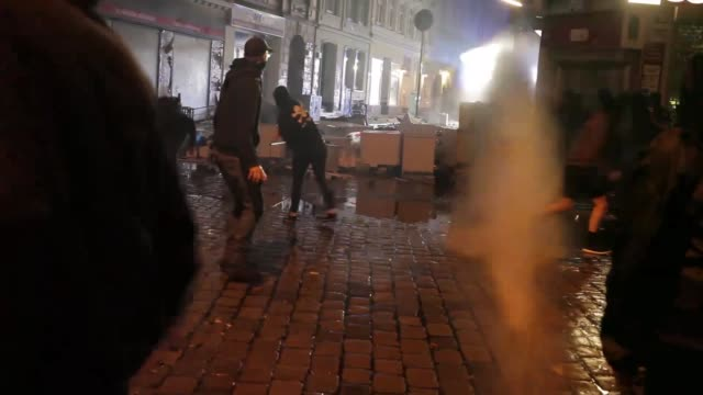 vidéos et rushes de demonstrators during a demonstration against the g20 summit on july 7 2017 in hamburg germany leaders of the g20 group of nations are arriving in... - confrontation