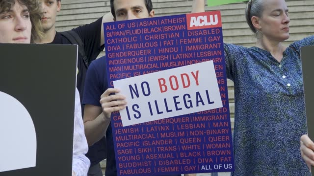 vídeos y material grabado en eventos de stock de demonstrators from rise and resist and from the organization the american civil liberties union rallied outside the alexander hamilton us custom... - alexander hamilton político