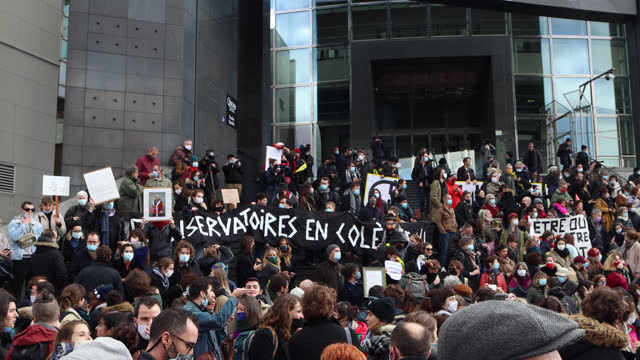"""vidéos et rushes de demonstrators from the cultural sector hold a sign reading 'conservatoires en colère"""" during a demonstration in front of the opera bastille to... - french culture"""