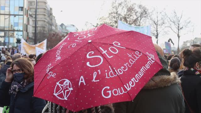 "vidéos et rushes de demonstrators from the cultural sector hold an umbrella stating ""stop à l'idiocratie gouvernementale '' (stop government idiocracy' and ""le pouvoir... - french culture"