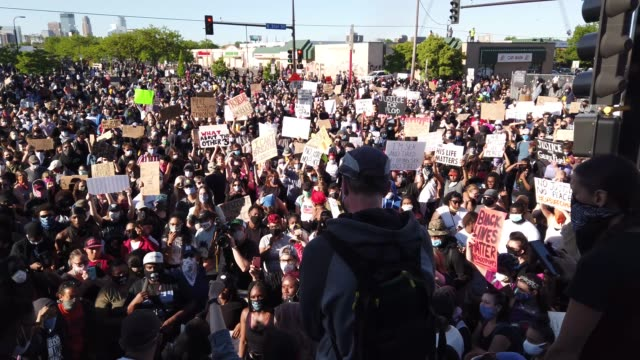stockvideo's en b-roll-footage met demonstrators gather to protest the killing of george floyd outside of the 5th police precinct on may 30 2020 in minneapolis minnesota former... - st. paul minnesota