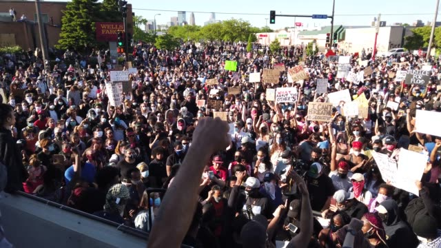 demonstrators gather to protest the killing of george floyd outside of the 5th police precinct on may 30, 2020 in minneapolis, minnesota. former... - minnesota bildbanksvideor och videomaterial från bakom kulisserna
