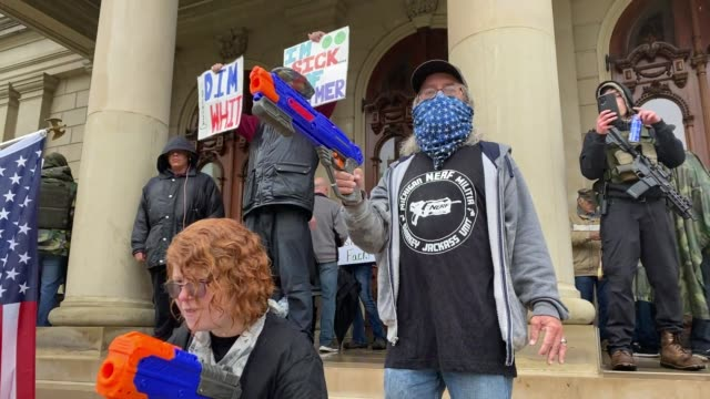 vidéos et rushes de demonstrators hold a rally in front of the michigan state capital building to protest the governor's stayathome order on may 14 2020 in lansing... - lansing
