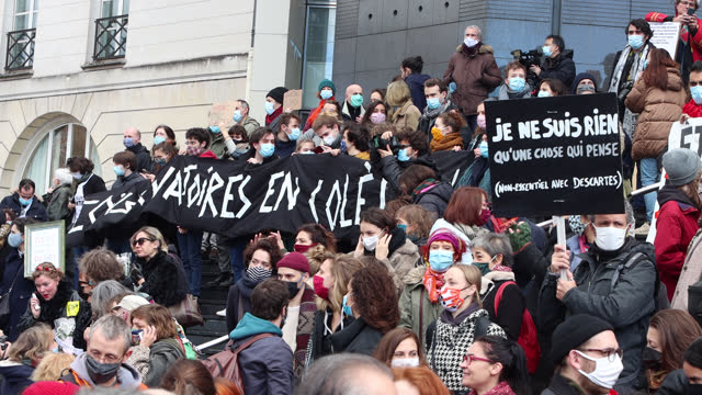 """vidéos et rushes de demonstrators in the cultural sector hold a sign reading 'angry conservatories' and """"i am nothing that one chose who thinks"""" during a demonstration... - french culture"""