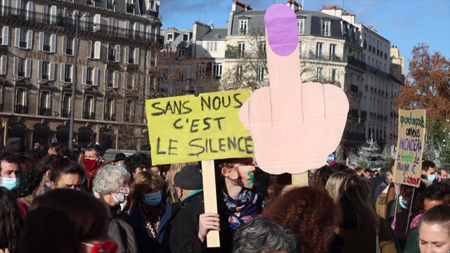 vidéos et rushes de demonstrators in the cultural sector hold a sign saying `` without us it's silence '' and a sign in the shape of a finger of honor, during a... - french culture