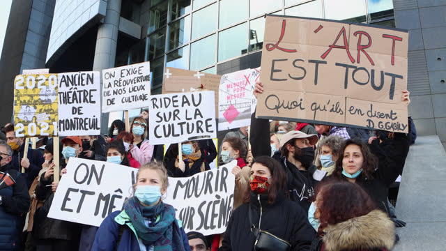 """vidéos et rushes de demonstrators in the cultural sector hold a sign """"we will die on stage"""" and """"art is everything"""" during a demonstration in front of the opera bastille... - french culture"""