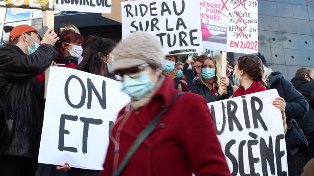 """vidéos et rushes de demonstrators in the cultural sector hold a sign """"we will die on stage"""" during a demonstration in front of the opera bastille to protest against... - french culture"""
