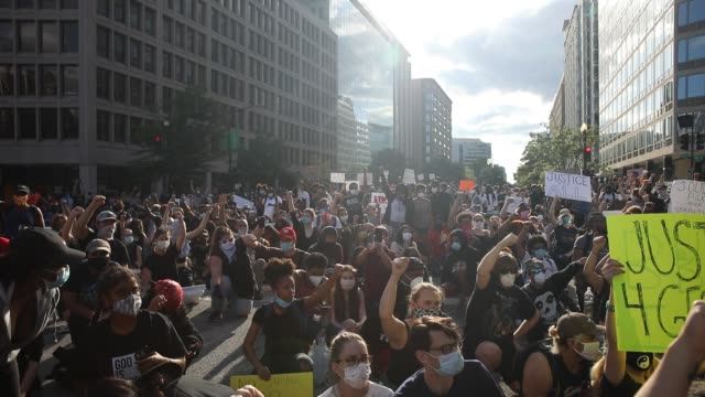 demonstrators listen to a speech during a protest near lafayette square park on may 30, 2020 in washington, dc. across the country, protests were set... - minnesota bildbanksvideor och videomaterial från bakom kulisserna