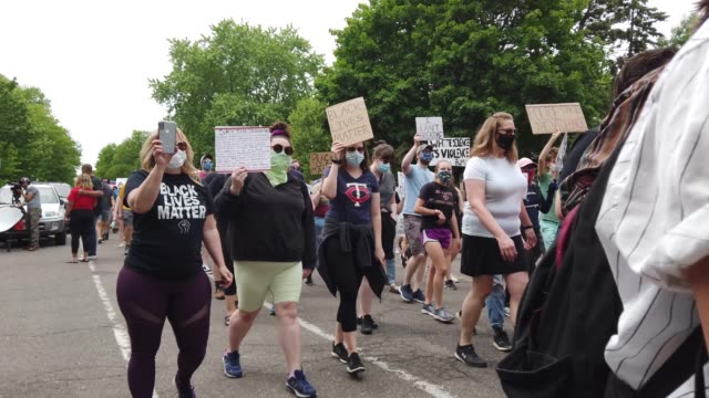 vídeos de stock e filmes b-roll de demonstrators march during a protest against police brutality near the governor's mansion following the death of george floyd on june 06, 2020 in st.... - saint paul minnesota