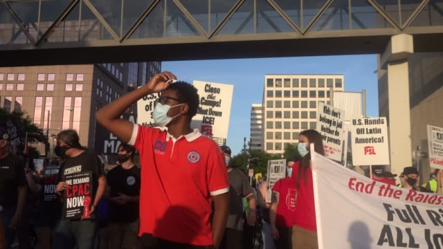 vídeos de stock e filmes b-roll de demonstrators protest near the wisconsin center as the democratic national convention continues on its final day on august 20, 2020 in milwaukee,... - partido democrático eua