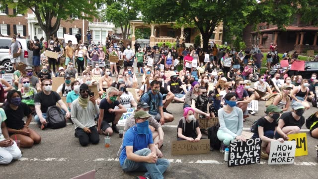 stockvideo's en b-roll-footage met demonstrators protest police brutality outside of the governor's mansion following the death of george floyd on june 06 2020 in st paul minnesota... - st. paul minnesota