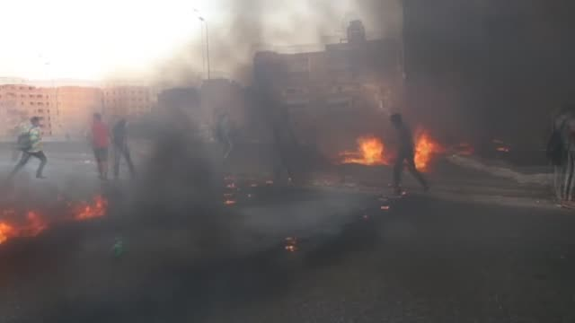 vídeos de stock e filmes b-roll de demonstrators set fire in the streets as a reaction after the egyptian court sentenced the egypt's first democratically elected and former president... - punição