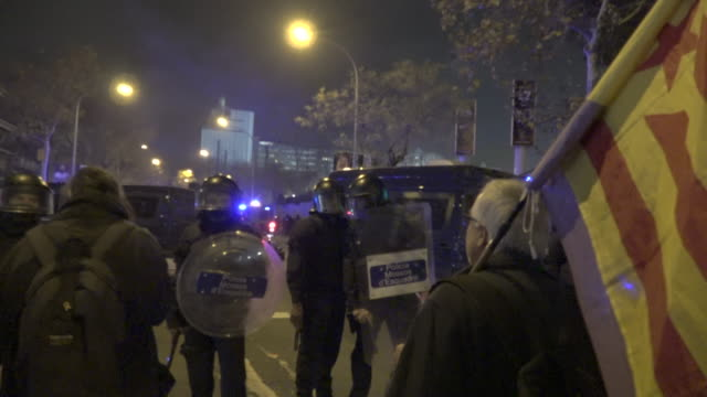 vidéos et rushes de demonstrators summoned by tsunami democratic due to the football match between fc barcelona and real madrid at camp nou on december 18 2019 in... - ambiance format raw