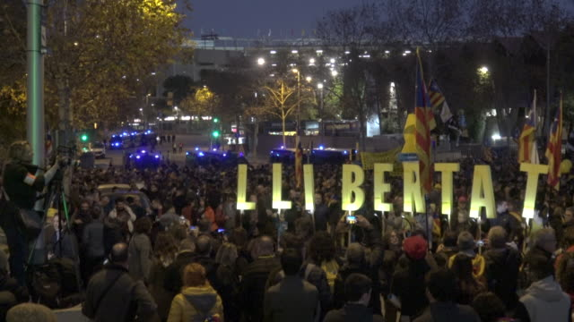 vidéos et rushes de demonstrators summoned by tsunami democratic performing 'llibertat' 'freedom' word during the football match between fc barcelona and real madrid at... - ambiance format raw